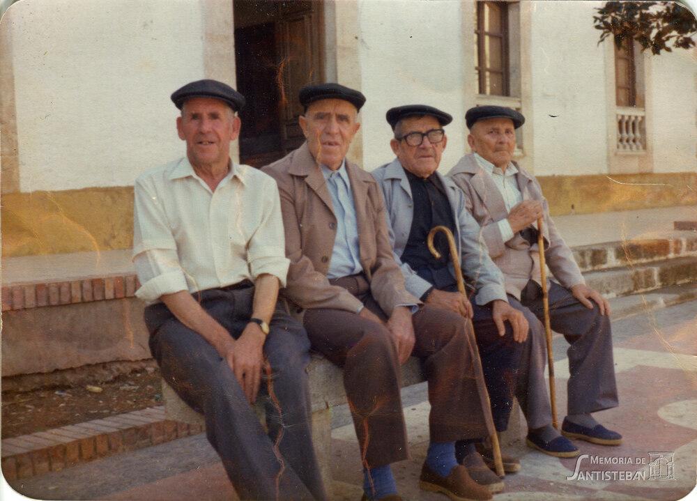 Abuelos en la Plaza Mayor