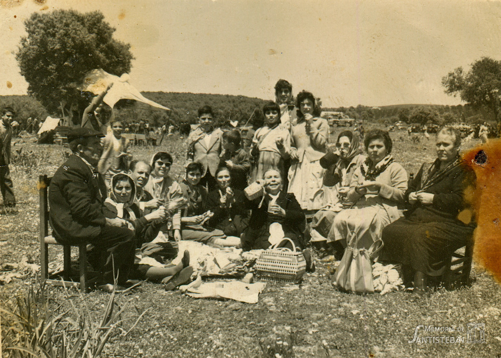 "Grupo de santistebeños celebrando la romería de la ""Estrella"""