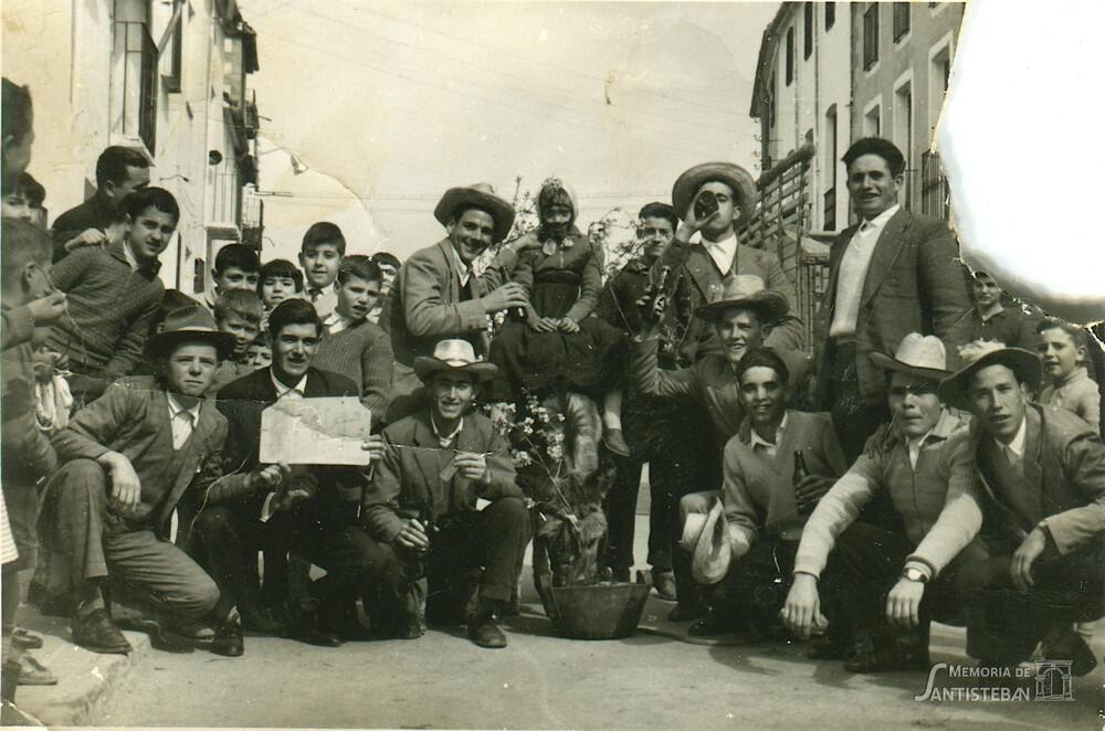 Quinta de 1961 de juerga por las calles de Santisteban