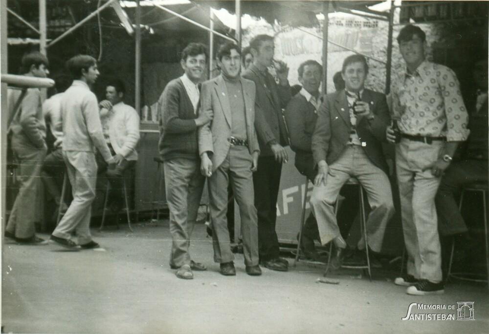 Familiares y amigos en una caseta durante las fiestas de Pentecostés