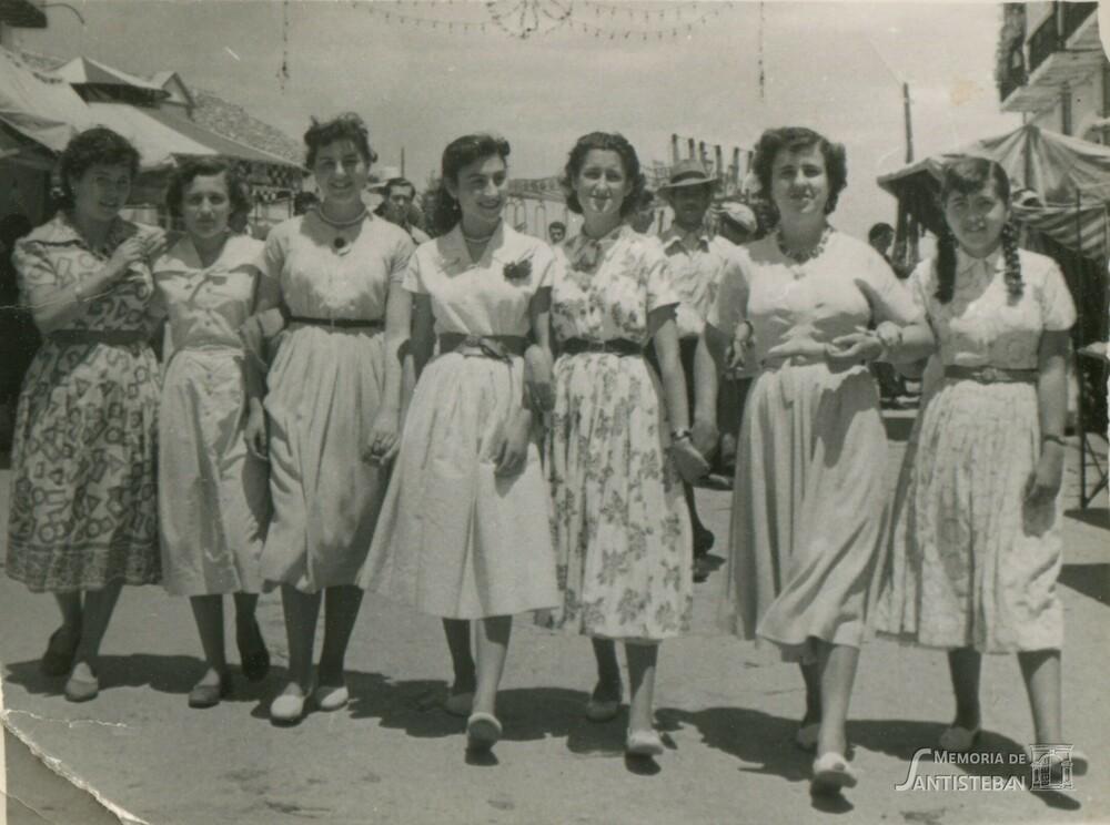 Muchachas paseando por la feria
