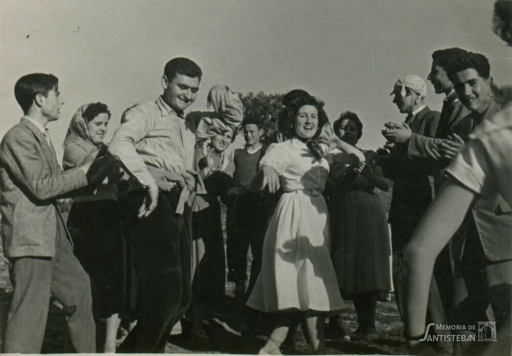 Mozos bailando en El Molino