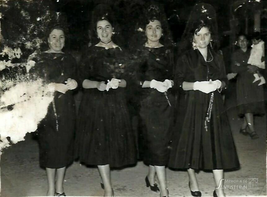 Mozas de Pascuamayo con rosarios
