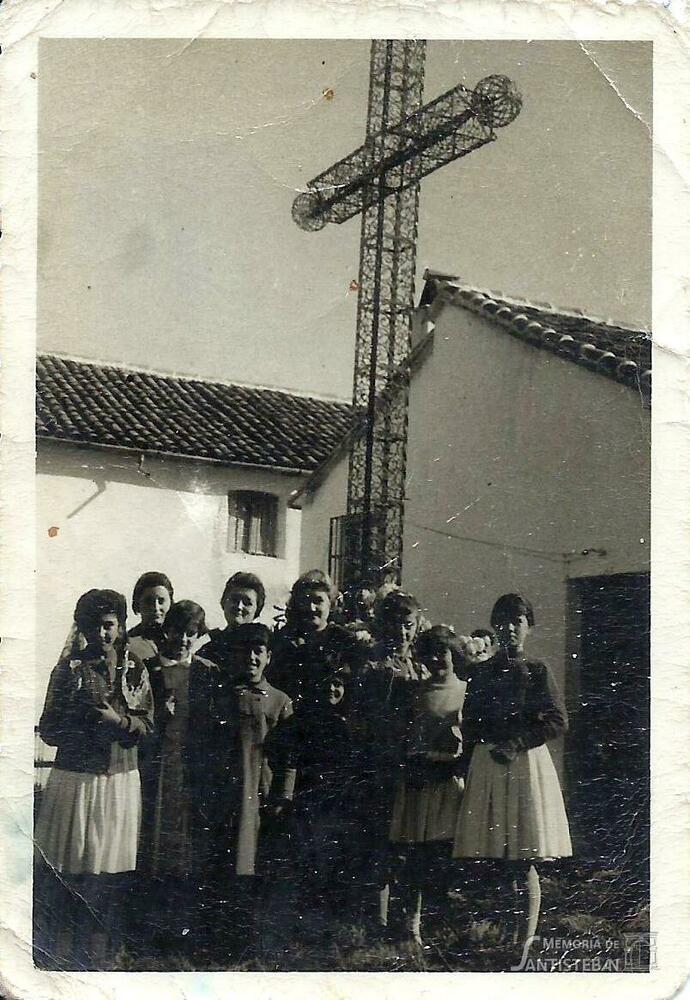 Grupo de muchachas bajo la Cruz de los Caidos