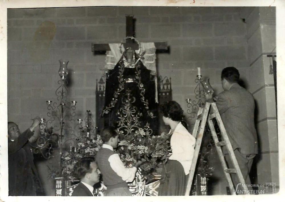Jóvenes adornando altar de la Soledad