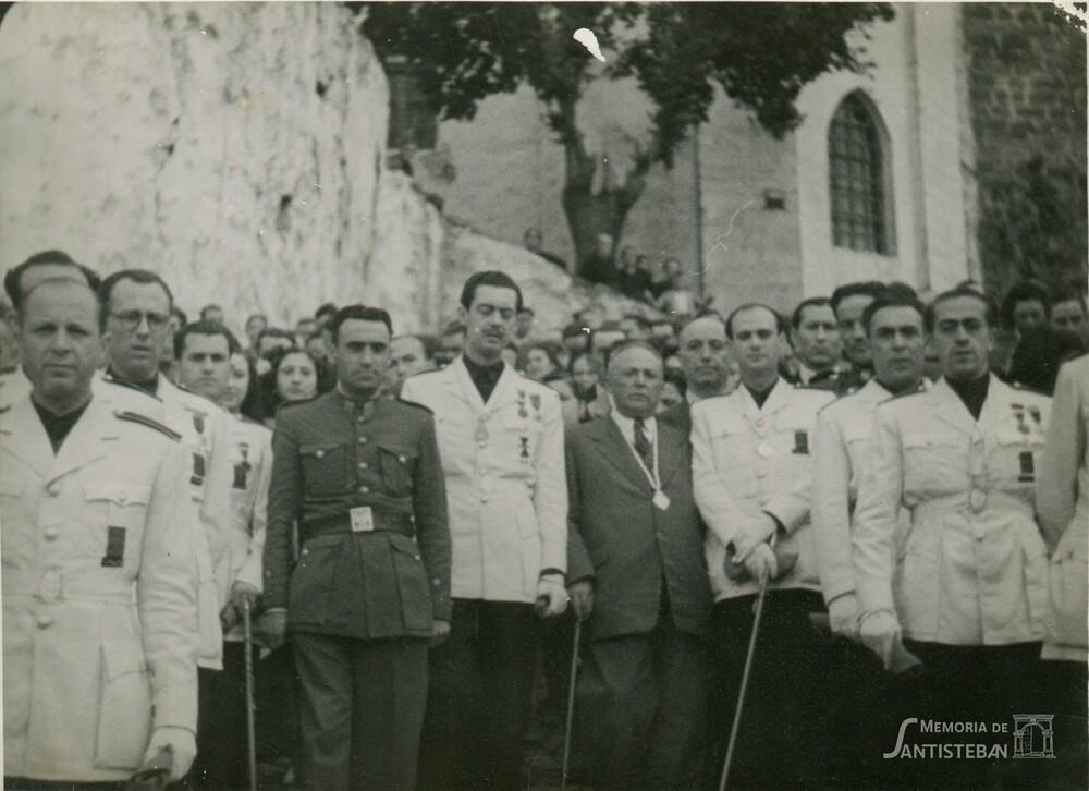 Corporación con uniforme bajando por calzada de Santa María