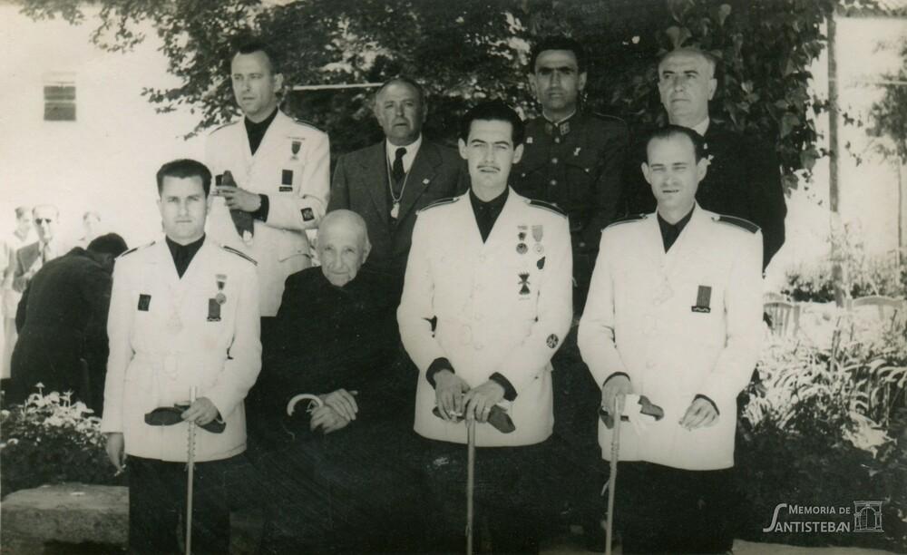 Corporación con uniforme Posando en el parque