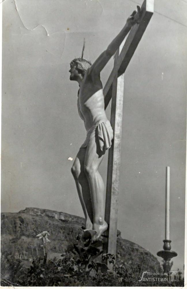 Cristo del Perdón en su trono al fondo la Guaría