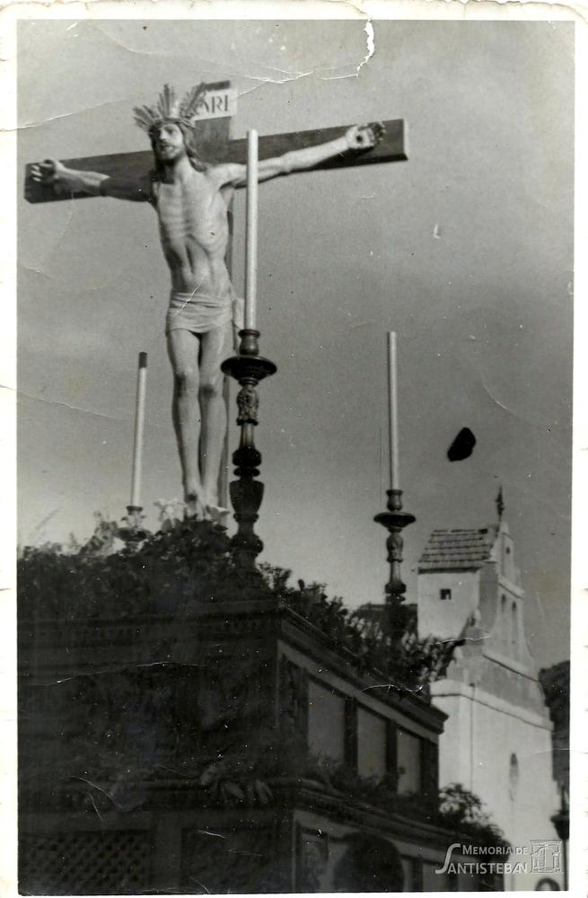 Cristo del Perdón en su trono al fondo la ermita