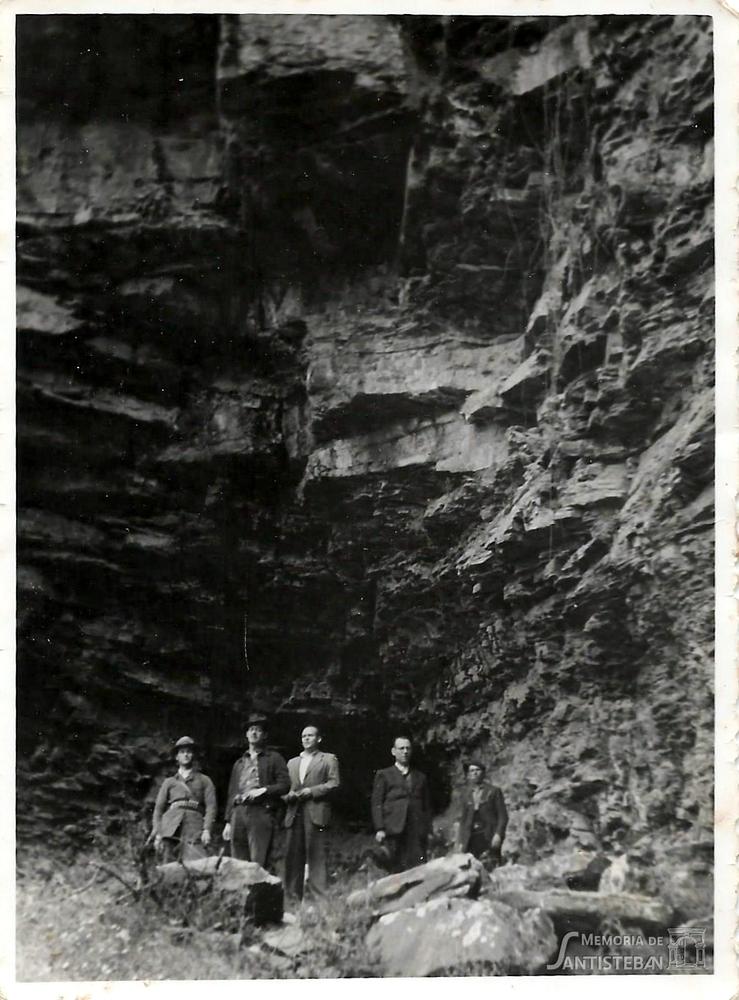 Grupo de hombres posando en un abrigo de la Sierra