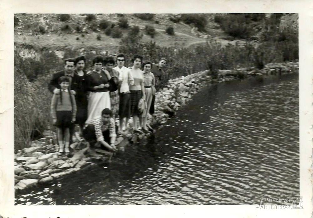 Grupo de jóvenes posando en presa del río