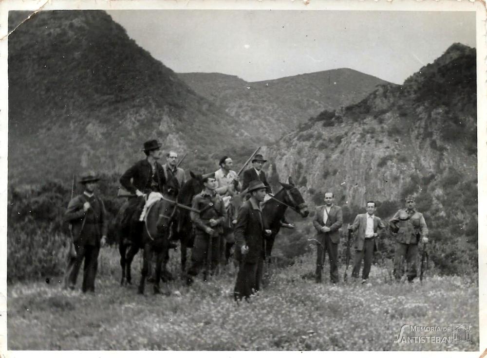 Grupo de hombres posando en la Sierra