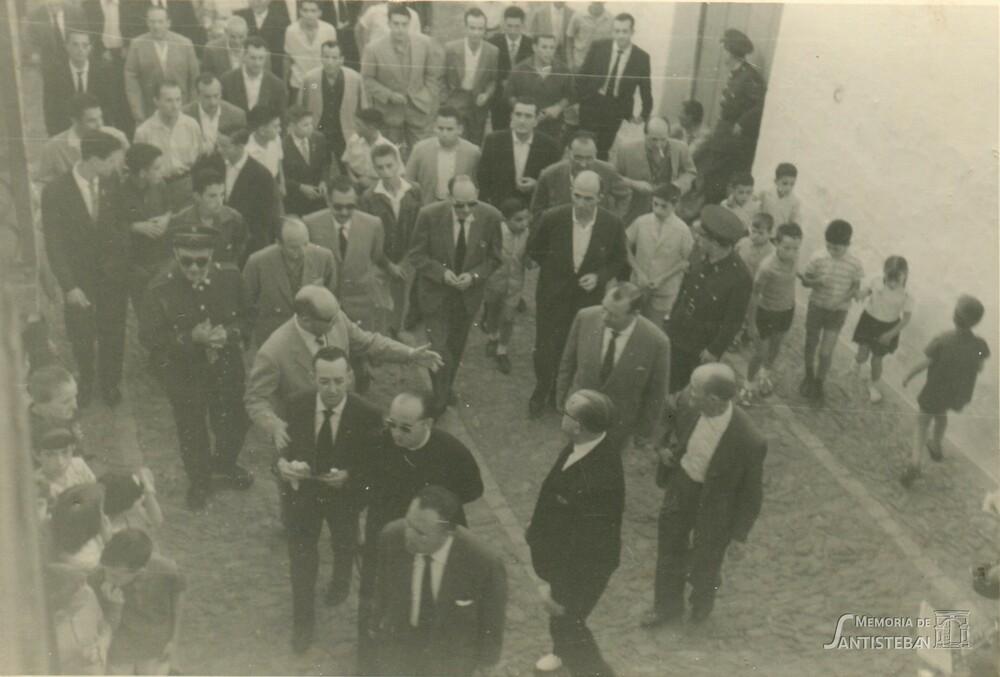 Autoridades y gente acudiendo a casa de la nueva Mayordomía