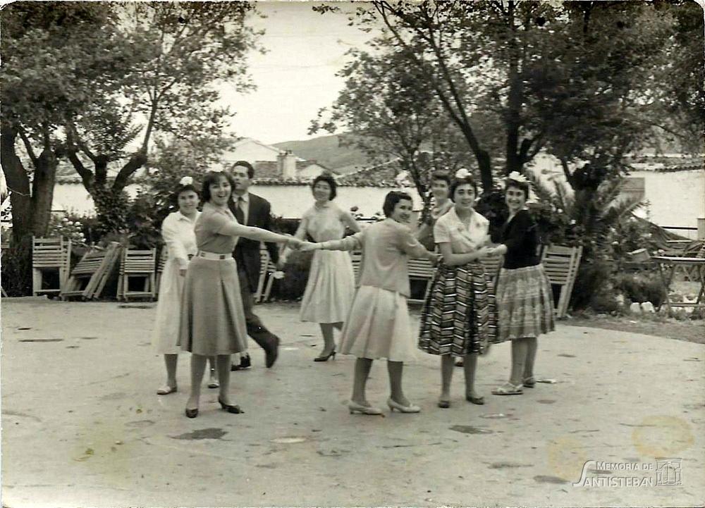 Corro de muchachas en el parque
