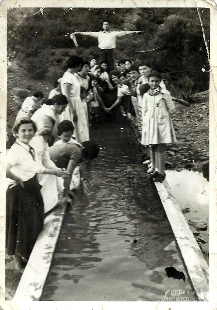 Grupo de gente posando en una fuente