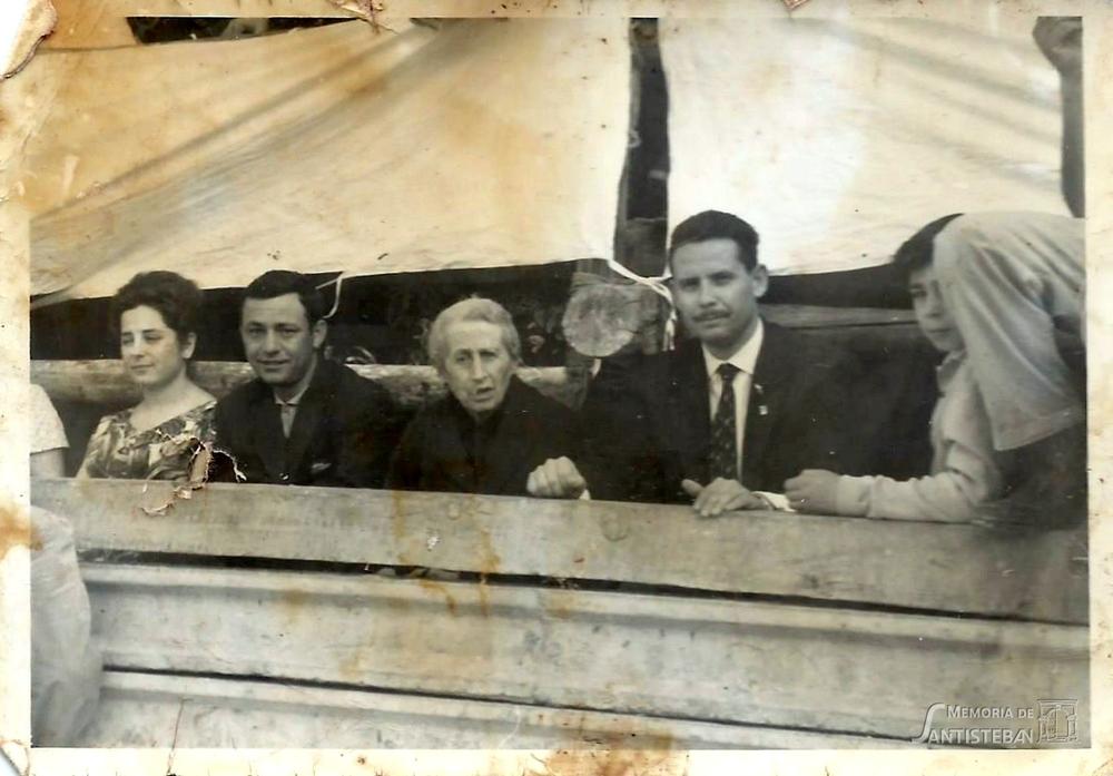 Varias personas en el tablao de la plaza