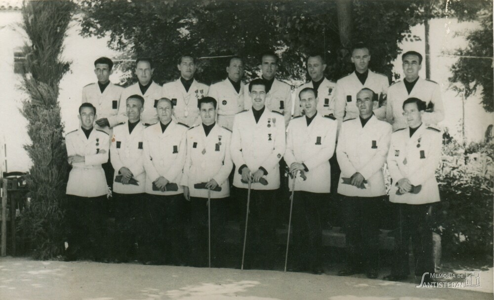 Corporación municipal de uniforme posando en el parque