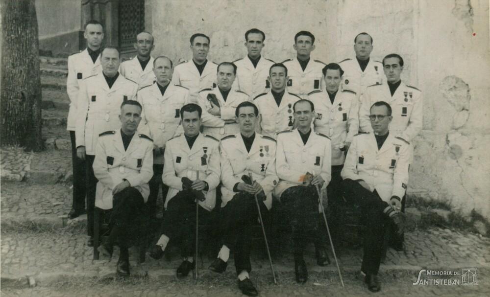 Corporación municipal de uniforme posando en Santa María