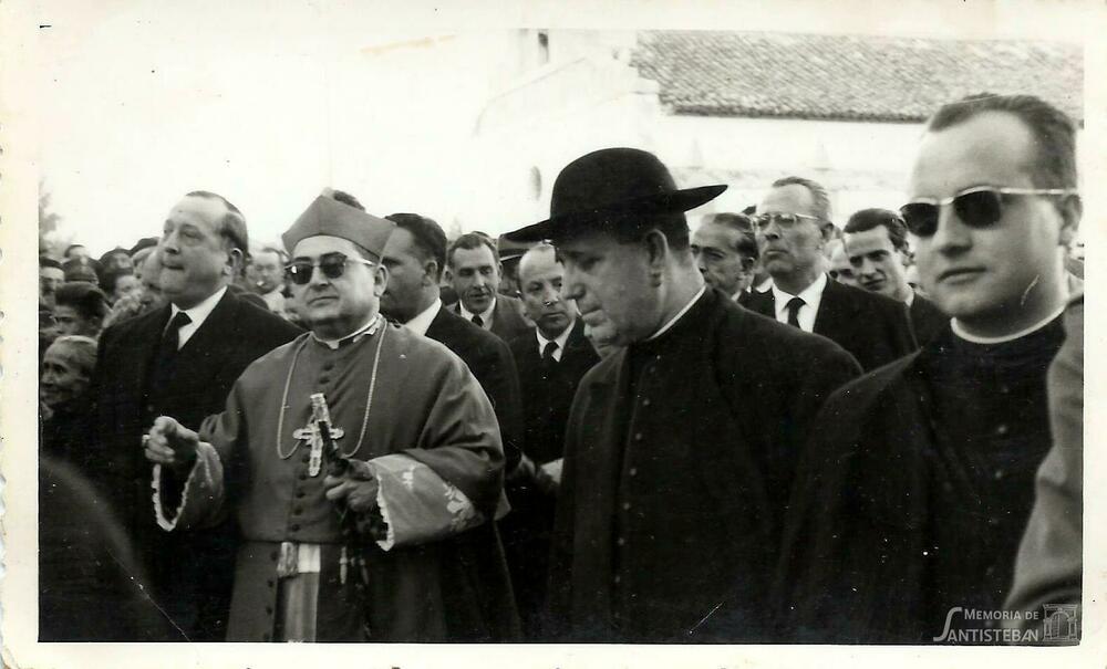 Autoridades acompañando al Obispo