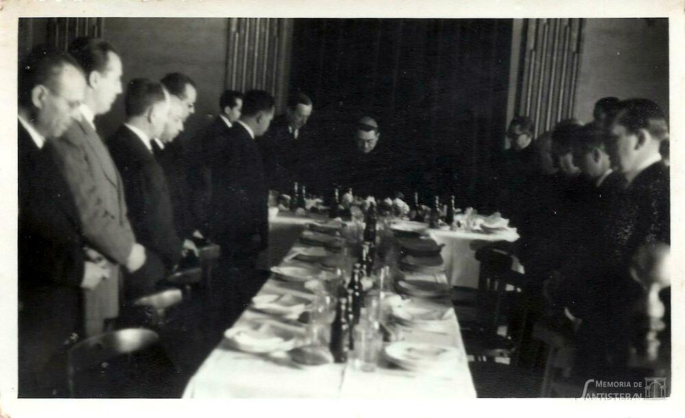 Obispo bendiciendo la mesa en un banquete