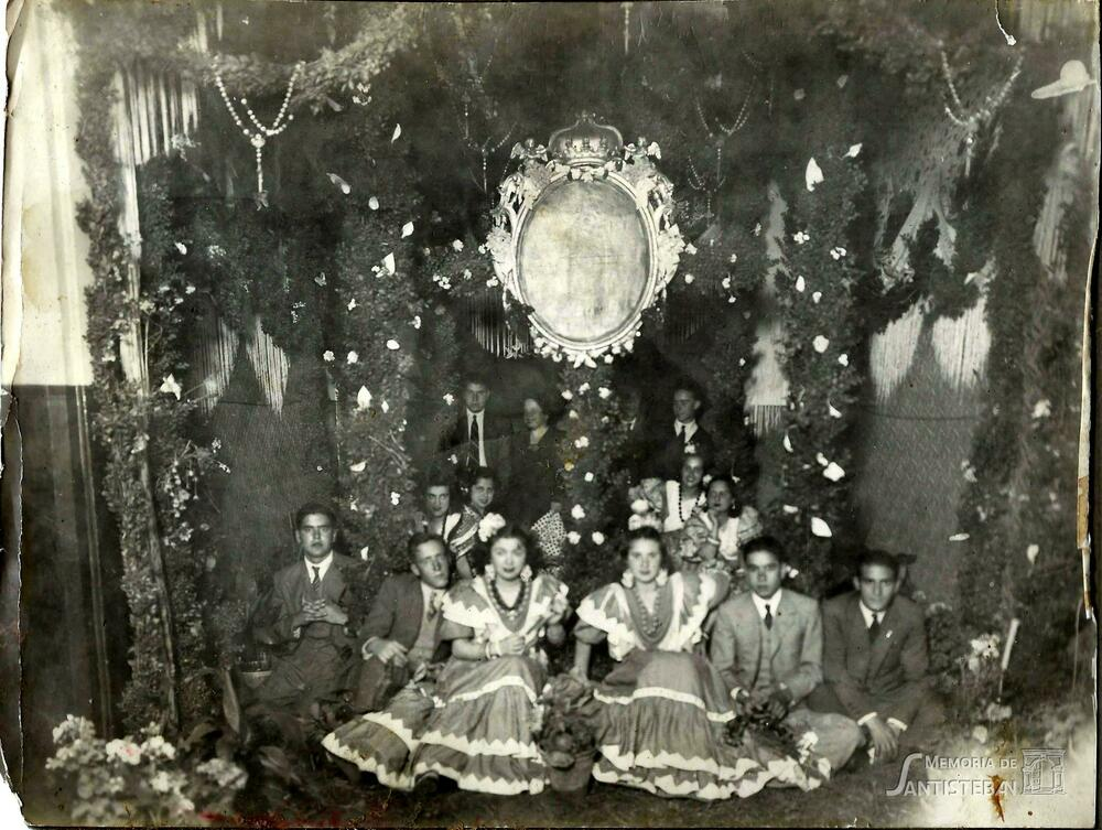 Mozas y mozos posando en la Cruz de Mayo Mayordomía 45-46