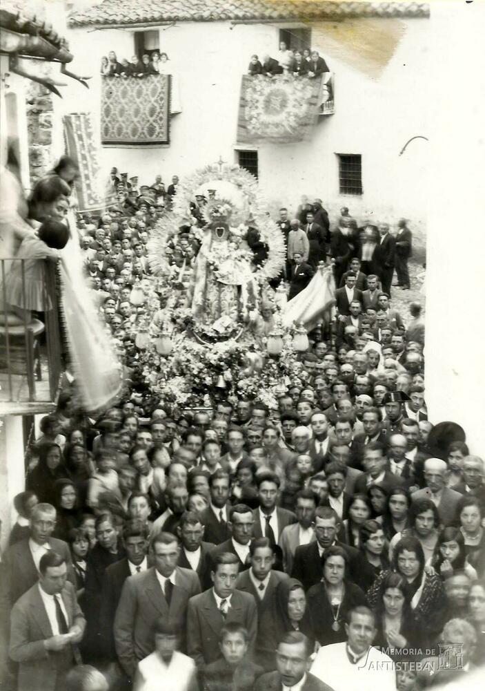 Procesión de la Virgen subiendo por Senador Sanjuán