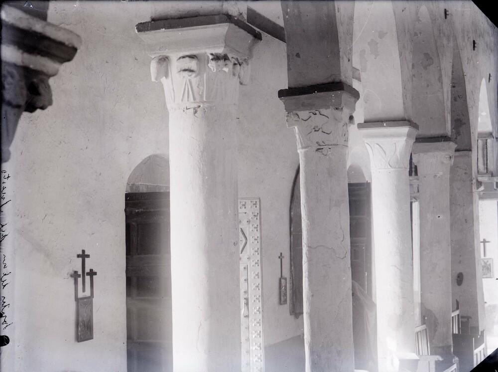 Detalle de las columnas de la iglesia de Santa María