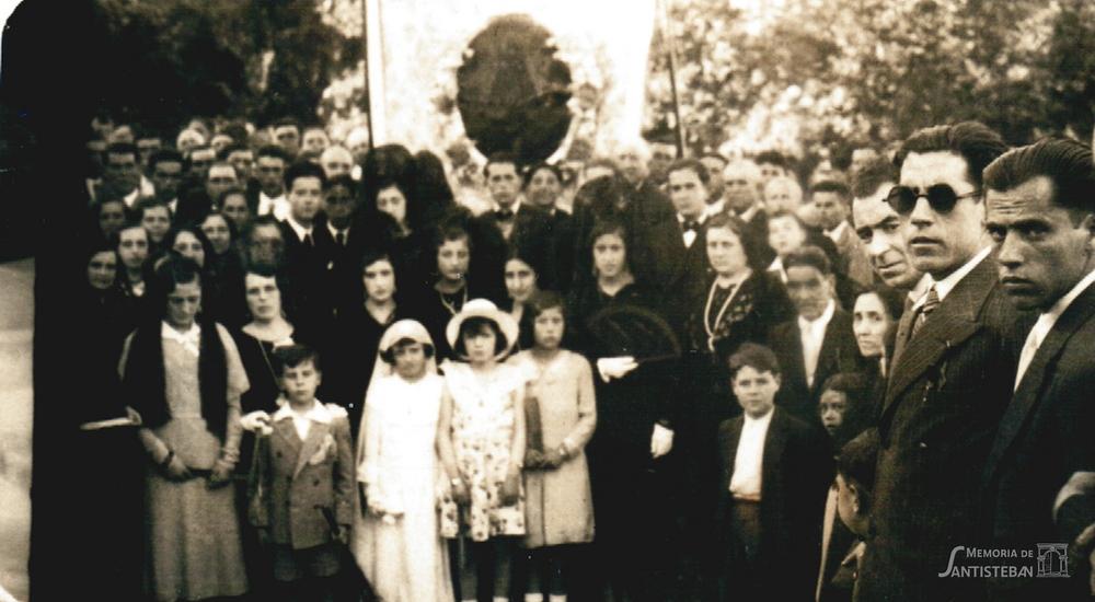 Cuadro de la Mayordomía 1934-35 en la calle con gente