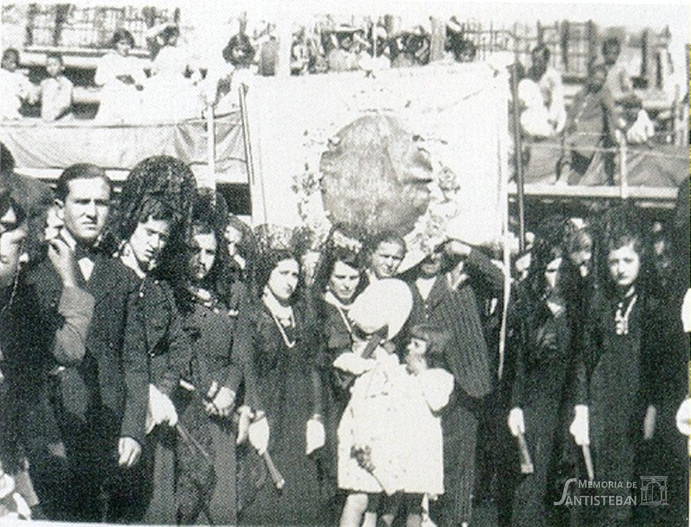 Mayordomía con el Cuadro de la Virgen en la Plaza de la República